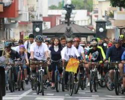 Orizaba, Ver., 19 de abril de 2019.- La tarde de este viernes llegó a la Catedral San Miguel Arcángel, el viacrucis de los ciclistas. Fueron recibidos por el obispo Eduardo Cervantes Merino.