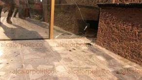 Minatitlán, Ver., 20 de abril de 2019.- Ni velar en tranquilidad pueden familiares de víctimas de matanza, luego de que un sujeto presuntamente armado apedreara la funeraria de la Sección 10, en la colonia Cuauhtémoc.
