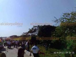 Carrillo Puerto, Ver., 21 de abril de 2019.- Aparatoso accidente originó el cierre de la circulación y la movilización de paramédicos de CAPUFE y Bomberos.