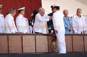 Alvarado, Ver., 21 de abril de 2019.- Entregan condecoraciones a dos marinos que llevan más de 50 años de servicio, una de ellas fue para el titular de SEMAR, José Rafael Ojeda Durán.
