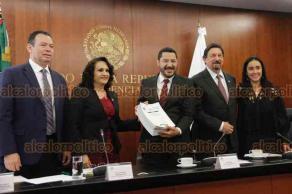 Ciudad de México, 22 de abril de 2019.- El presidente del Senado, Martí Batres, recibió de la Cámara de Diputados a través de las vicepresidentas Dolores Padierna y Karla Almazán, la minuta de la Reforma Laboral aprobada para ser discutida en el Senado.