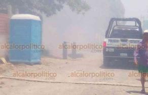 Veracruz, Ver., 22 de abril de 2019.- En la colonia Amapolas Uno se presentó un fuerte incendio de un lote baldío con maleza y desechos que estuvo a punto de pasarse a un taller donde había tanques para soldar. Bomberos controlaron el siniestro que causó intenso humo en la zona.