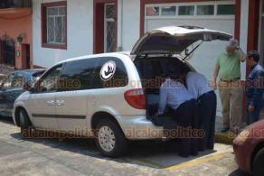 Xalapa, Ver., 23 de abril de 2019.- De la casa marcada con el número 11 de la calle Pino Suárez fue sacado el cuerpo del muralista Teodoro Cano para trasladarlo a la sala de velación, la tarde de este martes.