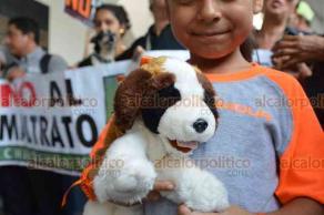 Veracruz, Ver., 23 de abril de 2019.- Más de un centenar de personas amantes de los animales, se dieron cita en el zócalo, para manifestarse en contra del maltrato animal, esto ante los recientes casos que se han suscitado en los últimos días en la conurbación.