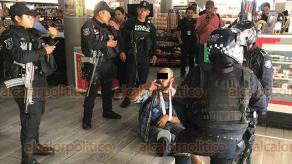 Xalapa, Ver., 25 de abril de 2019.- Sujetos en aparente estado de ebriedad y bajo el efecto de drogas, agreden verbalmente a elementos de la Policía estatal, Policía vial en céntrico café de la capital.