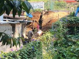 Xalapa, Ver., 25 de abril de 2019.- Reporta que Desarrollo Urbano autorizó el suministro de agua en un predio invadido en la colonia Porvenir 2, el terreno que estas personas se apropiaron es un área verde y un andador, junto a este lugar hay una escuela.
