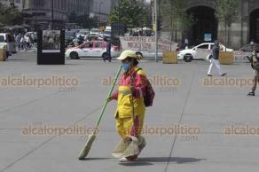 Ciudad de México, 17 de mayo de 2019.- Los habitantes de la capital del país y sus visitantes se adaptan a la contingencia ambiental que afecta el Valle de México, ahora usando cubrebocas, además de protegerse de las lluvias vespertinas.