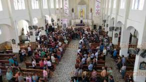 Tuzamapan, Ver., 18 de mayo de 2019.- Luego de la misa en la parroquia de San Juan Bautista, familiares y amigos acompañaron a los féretros rumbo al panteón.