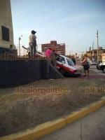 Coatzacoalcos, Ver., 18 de mayo de 2019.- El taxi marcado con el número económico 1634 quedó arriba del monumento de Miguel Hidalgo, ubicado en Malecón costero y Carranza.