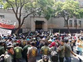 Ciudad de México, 20 de mayo de 2019.- Decenas de policías comunitarios del Estado de Guerrero se manifestaron afuera de la Suprema Corte de Justicia de la Nación para exigir a sus derechos humanos, organización y tradiciones para brindar seguridad a sus comunidades y familias.