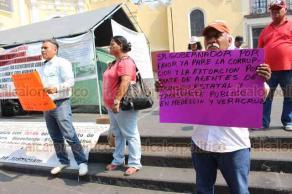 """Xalapa, Ver., 22 de mayo de 2019.- Un grupo de habitantes del municipio de Medellín se manifiestan en Plaza Lerdo en contra de los altos costos de las infracciones de Tránsito, del """"arrastre"""" de las grúas y porque son detenidos arbitrariamente por agentes aun sin cometer ninguna infracción."""