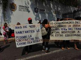 Xalapa, Ver., 22 de mayo de 2019.- El incumplimiento en la construcción de 22 kilómetros de caminos alimentadores denunciaron pobladores de Isla, al protestar la mañana de este miércoles en la sede de la Secretaría de Infraestructura y Obras Públicas (SIOP).