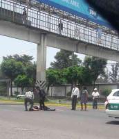Banderilla, Ver., 22 de mayo de 2019.- La tarde de este miércoles un transeúnte fue atropellado en el retorno de PEMEX con dirección a Xalapa. Personal de emergencias médicas acudió al lugar.
