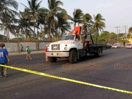 Coatzacoalcos, Ver., 23 de mayo de 2019.- Vecinos de la colonia Las Palmitas bloquearon el paso vehicular sobre avenida Universidad debido a que están por cumplir 24 horas sin el servicio de energía eléctrica.