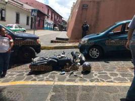 Xalapa, Ver., 25 de mayo de 2019.- Conductora de auto particular que circulaba en sentido contrario sobre la calle Cuauhtémoc, a un costado de la iglesia San José, chocó de frente contra un motociclista que se incorporaba de Xalapeños Ilustres, no se reportan lesionados.