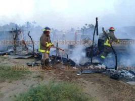 Coatzacoalcos, Ver., 25 de mayo de 2019.-Tras el incendio de su vivienda, los afectados recibieron despensas, agua y colchonetas.