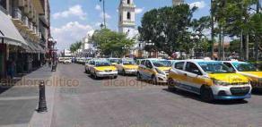 Córdoba, Ver., 25 de mayo de 2019.- Decenas de conductores adheridos a la Coalición de Taxistas se manifestaron frente al Palacio Municipal.