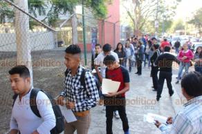 Xalapa, Ver., 26 de mayo de 2019.- Cientos de jóvenes llegaron a la Unidad de Ciencias de la Salud de la Universidad Veracruzana para su examen de admisión a las diferentes carreras; a las 8:20 horas fue abierto el acceso y el examen tiene una duración aproximada de tres horas.