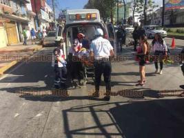 Xalapa, Ver., 26 de mayo de 2019.- Hombre de unos 60 años de edad fue atropellado por un motociclista cuando intentaba cruzar la avenida Lázaro Cárdenas a la altura de la calle Antonio M. Quirasco; paramédicos de la Cruz Roja lo trasladaron gravemente lesionado, el accidente ocurrió a unos metros de un puente peatonal.