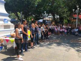 Coatepec, Ver., 26 de mayo de 2019.- Familiares, vecinos y amigos hacen donaciones y organizan Kermés en el parque con la finalidad de apoyar al pequeño Josué Mora, de 3 años de edad, quien necesita un aparato auditivo de más de 40 mil pesos.