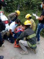 Xico, Ver., 26 de mayo de 2019.- La tarde de este domingo tres personas resultaron lesionadas debido a que chocaron el auto en que viajaban con un poste, en la carretera Xico-Úrsulo Galván. Al lugar acudieron grupos de emergencia para trasladarlos a un hospital.