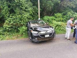 Xalapa, Ver., 17 de junio de 2019.- En la carretera rumbo a El Castillo a la altura de la colonia Higueras, camioneta se quedó sin frenos e impactó a dos autos particulares, un taxi y arrolló a una mujer en la parada de autobuses.