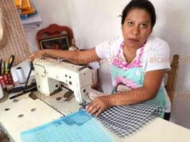 Xico, Ver., 23 de junio de 2019.- María Eugenia Flores Lozada aprendió a confeccionar los tradicionales morrales de mandado de su padre, quien se dedicó a este oficio por más de 40 años.