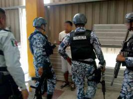 Veracruz, Ver., 25 de junio de 2019.- Dos supuestos delincuentes que viajaban en una camioneta, color blanco, fueron capturados por uniformados del IPAX que resguardan la Ciudad Industrial Bruno Pagliai
