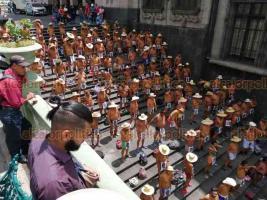 Xalapa, Ver., 15 de julio de 2019.- El baile-protesta de los 400 Pueblos en las escalinatas del parque Juárez captó la atención de algunos turistas que paseaban por el parque Juárez.