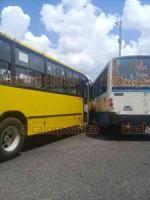 Xalapa, Ver., 16 de julio de 2019.- La tarde de este viernes, dos autobuses del transporte público chocaron a la altura de Los Sauces, generando caos vial en la zona.