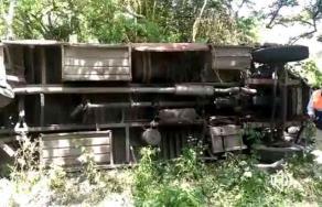 Tuxpan, Ver., 16 de julio de 2019.- La tarde de este martes un autobús chocó con un auto y cayó a un barranco de unos 20 metros de profundidad, en la carretera Tuxpan-Tampico, a la altura de la comunidad Ojite Rancho Nuevo.