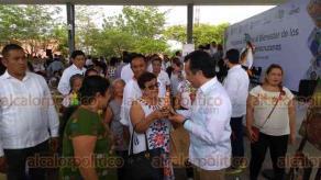 """Papantla, Ver., 17 de julio de 2019.- El gobernador Cuitláhuac García recorrió los stands de artesanías colocados en el parque temático. """"Nuestros artesanos y productores tienen gran nivel en la elaboración de sus productos"""", afirmó."""