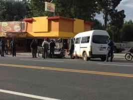 Las Vigas, Ver., 17 de julio de 2019.- En la carretera Xalapa-Perote, a la altura de la localidad de Casa Blanca, se reportó un percance entre una combi y un automóvil, resultando este último volcado.