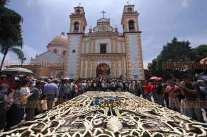 Xico, Ver., 20 de julio de 2019.- Pobladores cargaron el arco floral por calles del municipio para finalmente levantarlo en la iglesia de Santa María Magdalena.
