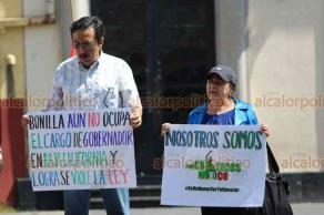 Xalapa, Ver., 21 de julio de 2019.- Cuatro personas de la organización Chalecos México se manifestaron en Plaza Lerdo; piden juicio político para los diputados que aprobaron la ampliación de dos a cinco años de la gubernatura de Jaime Bonilla, en Baja California.