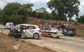 Tuxpan, Ver., 21 de julio de 2019.- La tarde de este domingo colisionaron dos vehículos particulares sobre la autopista Tuxpan-México, resultando uno de ellos volcado. Tres personas murieron. Según reportes, el conductor de un Volkswagen Polo perdió el control e invadió el carril contrario.