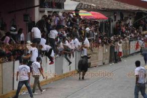 Xico, Ver., 22 de julio de 2019.- Al mediodía de este lunes inició la Capea 2019, donde inmediatamente los toros salieron con mucha fuerza y, de entrada, lesionaron a cuatro personas que participaban en el capoteo.