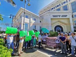Veracruz, Ver., 22 de julio de 2019.- Habitantes de la zona norte de la ciudad se manifestaron en la APIVER para exigir la renuncia del gerente de Ingeniería, Francisco Liaño Carrera.