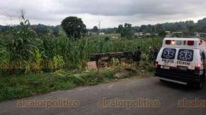 Coatepec, Ver., 22 de julio de 2019.- Vuelca camioneta en la localidad de El Zapotal, resultando dos personas lesionadas; fueron trasladadas a un hospital por paramédicos de la Cruz Roja, delegación Coatepec.