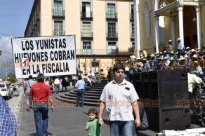 """Xalapa, Ver., 23 de julio de 2019.- Integrantes del movimiento de los """"400 Pueblos"""", colocaron letreros en Plaza Lerdo criticando a la familia Yunes."""