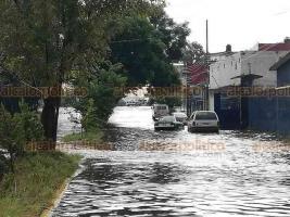 Xalapa, Ver., 23 de julio de 2019.- La tormenta de este martes inundó la calle Gildardo Avilés. Un taxi que circulaba hacia Lázaro Cardenas terminó por quedar atascado, pero una patrulla lo empujó para que pudiera salir.