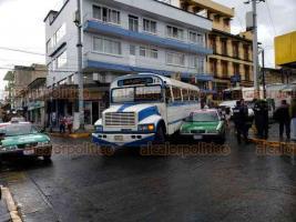 Xalapa, Ver., 23 de julio de 2019.- Por un choque entre un taxi y un camión urbano la tarde de este martes, percance que habría dejado daños apenas visibles, fue parcialmente obstruida la vialidad en la esquina de Clavijero y Altamirano, impidiendo el paso de camiones.