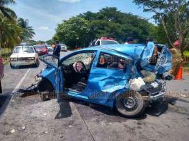 Tierra Blanca, Ver., 16 de agosto de 2019.-Este viernes por la tarde se registró un accidente múltiple sobre la carretera federal Tinajas-Ciudad Alemán. Se presume que camión chocó a una camioneta, proyectándola a otro vehículo particular.