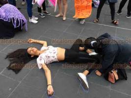 Xalapa, Ver., 16 de agosto de 2019.- En Plaza Lerdo se realizó una concentración en apoyo al movimiento #NoMeCuidanMeViolan, que exige más seguridad para las mujeres; participantes realizaron cierres intermitentes en la calle Enríquez.