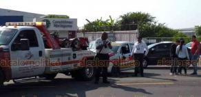 Veracruz, Ver., 17 de agosto de 2019.- En la carretera estatal Veracruz-Medellín, esta mañana chocaron un taxi y una motocicleta, cuyo operador resultó lesionado. Llegaron autoridades de Tránsito para realizar el peritaje.