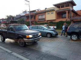 Coatepec, Ver., 19 de agosto de 2019.- Atienden peritos de Tránsito del Estado un choque por alcance sobre la calle Zaragoza a la entrada de Coatepec. Las unidades fueron llevadas a las oficinas de Tránsito para el deslinde de responsabilidades. No hubo personas lesionadas