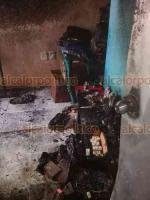 Medellín de Bravo, Ver., 19 de agosto de 2019.- Debido a problemas con su equipo, bomberos de este municipio usaron cubetas con agua para combatir el incendio dentro de un  domicilio en el fraccionamiento Puente Moreno.