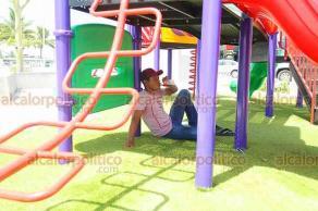 Boca del Río, Ver., 19 de agosto de 2019.- Una persona que pasea por la Plaza Banderas intenta refugiarse de los rayos solares a la sombra de unos juegos infantiles, colocados en el sitio para el esparcimiento familiar