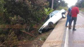 Emiliano Zapata, Ver., 20 de agosto de 2019.- También la mañana de este martes, un automóvil Nissan Tsuru se salió del camino sobre la carretera Trancas-Coatepec, a la altura de Paso Ladrillo, sus ocupantes salieron ilesos.