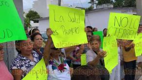 Boca del Río, Ver., 21 de agosto de 2019.- Habitantes de la colonia Luis Echeverría exigieron saber el motivo por el cual la Secretaría de Salud quiere cerrar ese centro de atención médica.